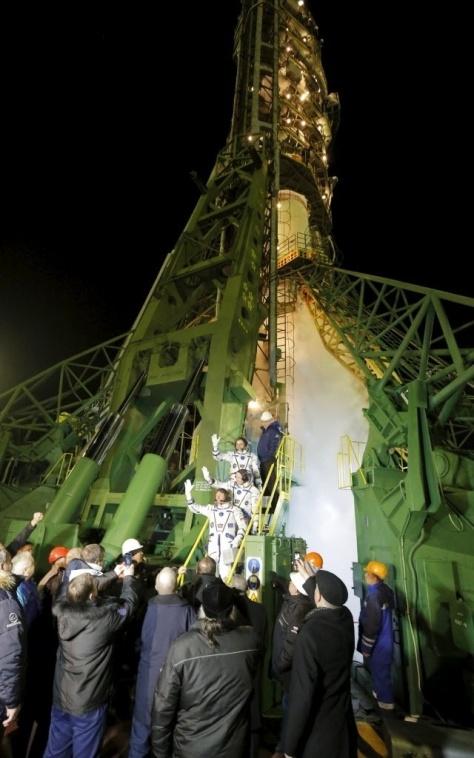 - Os astronautas embarcam na nave espacial Soyuz TMQ-16M nesta sexta-feira (27). No topo, Mikhail Kornienko, cosmonauta da agência espacial russa (Roscosmos), no centro o astronauta da Nasa Scott Kelly e o cosmonauta Gennady Padalka, também da Roscosmos.