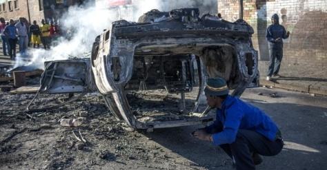 17abr2015---carros-incendiados-ficam-nas-ruas-de-joanesb_002