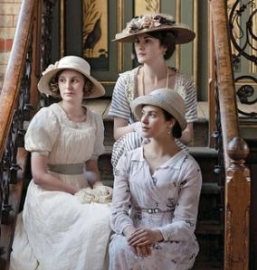 HERDEIRAS As irmãs aristocratas Edith (à esq.), Mary (no alto) e Sybil (à dir.). A vida dos nobres e sua relação com os empregados dão o tom da série (Foto: divulgação)