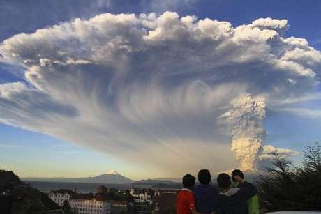 Crianças observam erupção do vulcão Calbuco, em 22 de abril Foto: Carlos F. Gutierrez / AP